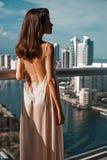 Bella donna sul balcone fotografia stock
