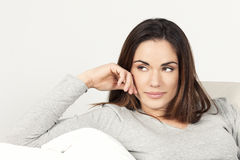 Bella donna sul sofà fotografia stock