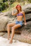 Bella donna sulla grande pietra in tropici Fotografie Stock