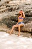 Bella donna sulla grande pietra in tropici Immagini Stock Libere da Diritti