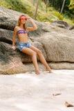 Bella donna sulla grande pietra in tropici Immagine Stock