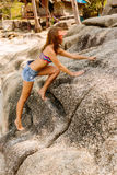 Bella donna sulla grande pietra in tropici Fotografie Stock Libere da Diritti