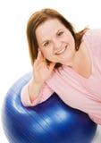 Bella donna sulla sfera di Pilates Immagini Stock