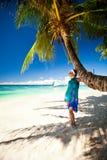 Bella donna sulla spiaggia immagini stock libere da diritti