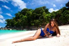 Bella donna sulla spiaggia tropicale perfetta fotografia stock libera da diritti