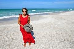 Bella donna sulla spiaggia immagini stock