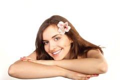 Bella donna sulla tabella di massaggio nella stazione termale di bellezza Immagini Stock Libere da Diritti
