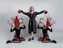 Bella donna tenera in pittura di versamento dell'abbigliamento di modo sulle ragazze Immagini Stock Libere da Diritti