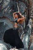Bella donna tribale di stile che balla all'aperto Fotografie Stock Libere da Diritti