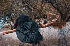 Bella donna tribale di stile che si riposa sulla pietra Fotografie Stock Libere da Diritti