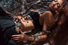Bella donna tribale di stile che si riposa sulle radici Fotografia Stock Libera da Diritti