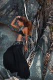 Bella donna tribale di stile con le radici ed il fondo delle rocce Fotografia Stock