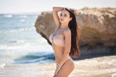 Bella donna in un bikini sexy sulla spiaggia fotografie stock libere da diritti