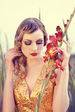 Bella donna in un giacimento di fiore Fotografia Stock