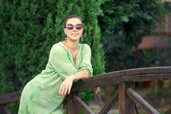 Bella donna in un parco fotografie stock