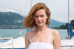 Bella donna in un vestito bianco che sta sul pilastro Fotografie Stock