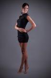 Bella donna in un vestito da sera nero Fotografia Stock