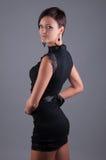 Bella donna in un vestito da sera nero Immagine Stock