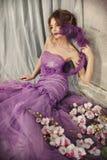 Bella donna in un vestito lilla Fotografie Stock Libere da Diritti
