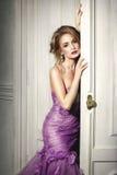 Bella donna in un vestito porpora elegante Immagine Stock