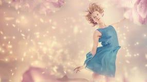 Bella donna in una fantasia rosa del fiore della peonia Fotografia Stock