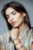 Bella donna in una maglia della pelliccia Fotografie Stock