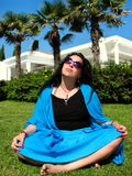 Bella donna in una posa di yoga immagini stock
