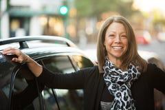 Bella donna urbana accanto all'automobile Fotografie Stock