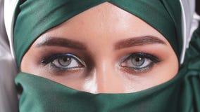 Bella donna in velo del Medio-Oriente di Niqab video d archivio