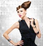 Bella donna vestita in vestito nero Fotografie Stock