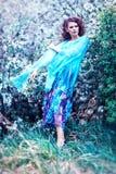 Bella donna in vestito blu fra di melo del fiore, modo Fotografie Stock Libere da Diritti