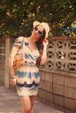 Bella donna in vestito che posa nella città Fotografia Stock Libera da Diritti