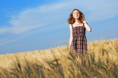 Bella donna in vestito checkered in un campo fotografia stock