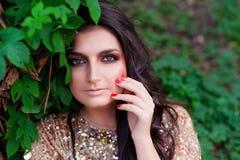 bella donna in vestito dall'oro Fotografia Stock