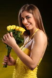 Bella donna in vestito giallo con i fiori di rosa Fotografie Stock Libere da Diritti