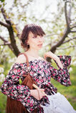 Bella donna in vestito nei giardini fotografie stock