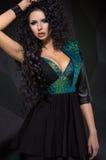 Bella donna in vestito nero fotografie stock