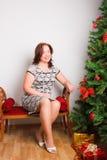 Bella donna vicino ad un abete Fotografia Stock Libera da Diritti