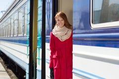 Bella donna vicino ad un treno fotografia stock libera da diritti