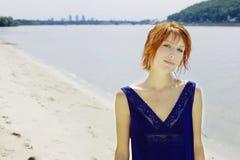 Bella donna vicino al fiume Immagini Stock Libere da Diritti