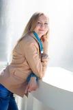 Bella donna vicino alla fontana Immagine Stock