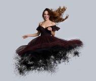 Bella donna volante con capelli scorrenti Fotografie Stock Libere da Diritti
