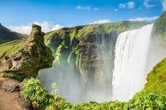 Bella e cascata famosa di Skogafoss Immagini Stock