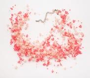 Bella e collana rosa alla moda su fondo bianco Immagini Stock Libere da Diritti