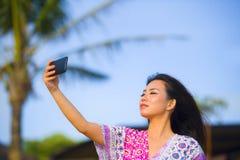 Bella e donna cinese asiatica splendida felice in vestito da fascino che prende la foto del selfie dell'autoritratto con il telef Fotografie Stock Libere da Diritti