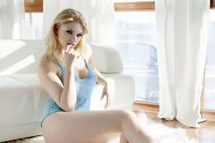 Bella e donna sexy in blusa blu Fotografia Stock