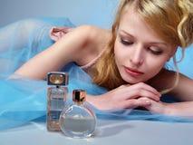 bella e donna sexy con la bottiglia di profumo Fotografia Stock