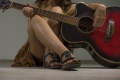 Bella e donna sexy con la chitarra acustica immagine stock libera da diritti