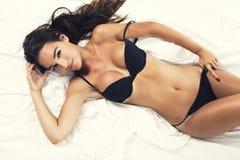 Donna sexy con una biancheria nera Fotografia Stock