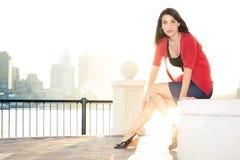 Bella e giovane donna alla moda che propone città Fotografia Stock